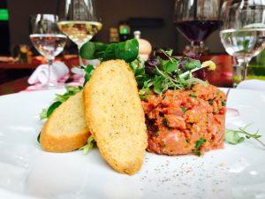Tatar vom Rind mit Salat & Crostini