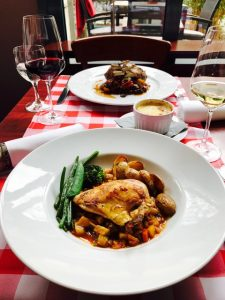 COQ au vin Blanc von der Maispoularde an Schalotten-Möhren-Gemüse & Rosmarinkartoffeln