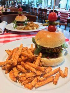 Brasserie Burger - Saftiges Rindfleisch im Sesambrötchen mit Käse, Rote Zwiebel, Rucola, Tomate, Cornichons, Cocktail Sauce & Pommes