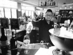 Die Welt der Cocktails neu entdecken Adolf Lindt ist neuer Bar-Leader im Holiday Inn Düsseldorf – Hafen Düsseldorf, Exotisch oder klassisch – Adolf Lindt beherrscht sein Metier. Der bisherige Barchef des Innside by Melia Düsseldorf Derendorf kreiert nun seine Drinks im Holiday Inn Düsseldorf Hafen.